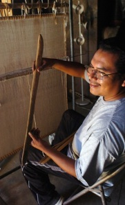 HOPI WEAVER displays 300 year old Sukua
